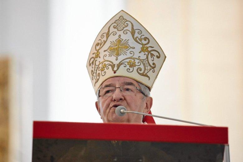 Arcybiskup Sławoj Głódź mocno skrytykował opozycję i te samorządy, które chcą ograniczyć liczbę godzin katechezy w szkole.