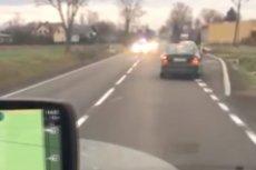 Pędzące środkiem drogi policyjne samochody i pojazdy SOP spychały innych użytkowników drogi na pobocze.