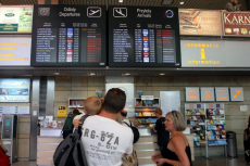 Polscy turyści koczują na lotnisku