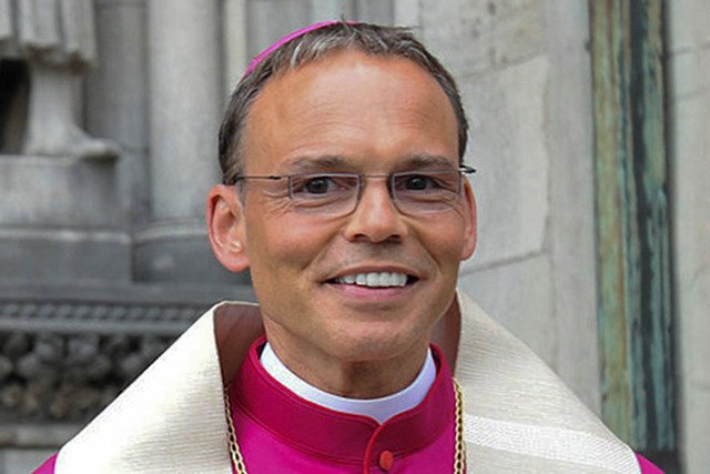 """""""Luksusowy biskup"""" miał ślubować ubóstwo, a przeniósł się z willi, do 200-metrowego apartamentu w Watykanie"""