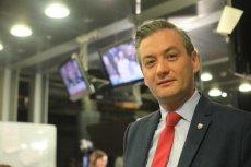 Robert Biedroń zarzuca politykom PiS brak obycia w świecie i kompromitowanie nas na Zachodzie.