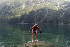 Rosjanin wykąpał się w Morskim Oku. Nie mógł się oprzeć.