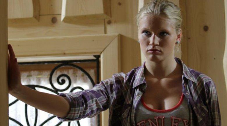 Justyna zaszła w ciążę z chłopakiem, co zostało przedstawione jako wielki problem. Na dziewczynę spadają wszystkie nieszczęścia świata.