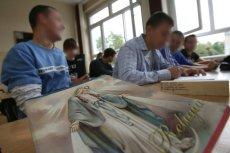 Coraz więcej uczniów rezygnuje z katechezy w szkole.