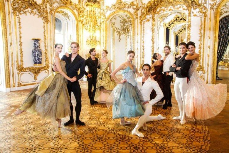 Tancerze w kostiumach zaprojektowanych przez Vivienne Westwood
