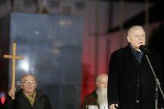 """Jarosław Kaczyński podczas miesięcznicy smoleńskiej. Mit smoleński jest możliwy ze względu na swą prostą, jednoznaczną symbolikę – pisze publicysta """"Newsweeka"""" Jakub Bierzyński."""