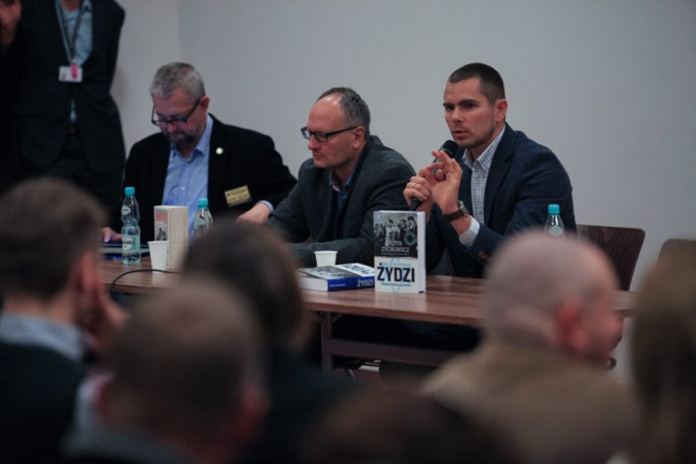W swoich poświęconych historii XX wieku publikacjach Piotr Zychowicz (na zdjęciu z prawej) stawia pytania, których inni kierowani ''poprawnością historyczną'' nie chcą lub boją się zadać