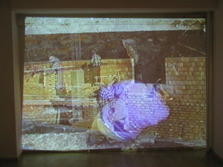 """Zuzanna Janin, """"ROBOTY MURARSKIE / MASONRY"""", 2003; widok instalacji; 2 wideo 30 min"""