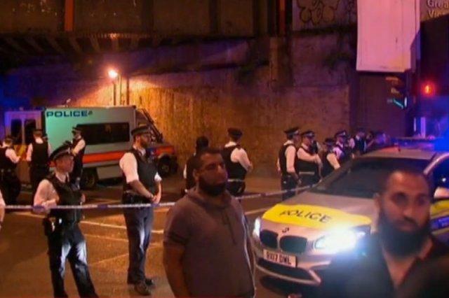Pod meczetem w Londynie rozpędzona furgonetka wjechała w tłum wiernych.
