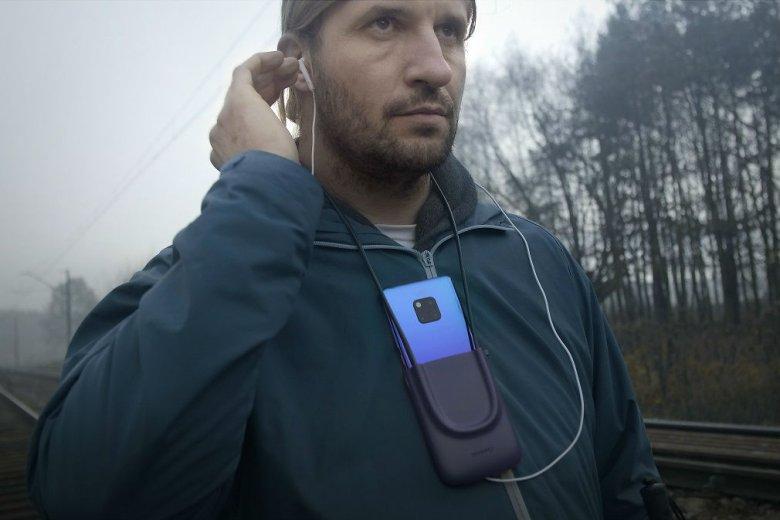 Specjalny uchwyt ułatwia korzystanie ze smartfona