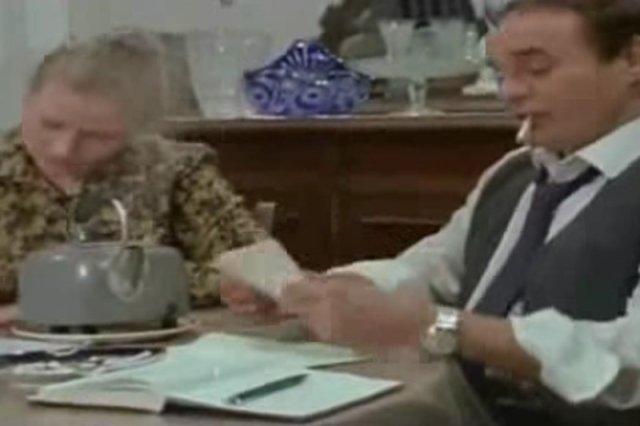W serialu Alternatywy 4, gospodarz domu Stanisław Anioł razem z żoną Mieczysławą kontrolowali korespondencję mieszkańców. Nigdy ich nie przyłapano.