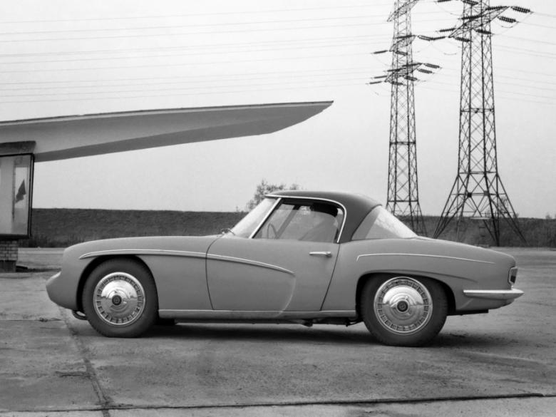 """Kadr z filmu """"Syrena Sport"""" z archiwum TVP. Jest to prototyp polskiego samochodu sportowego, zbudowany pod koniec lat 50. XX wieku w Fabryce Samochodów Osobowych w Warszawie"""