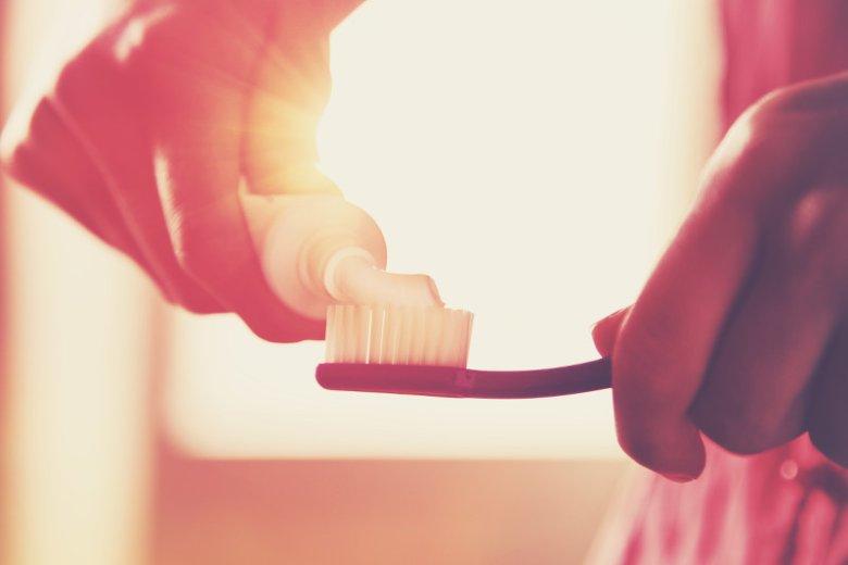 W walce z wrażliwością zębów ważne jest dobranie odpowiedniej pasty do zębów i sposób mycia zębów.