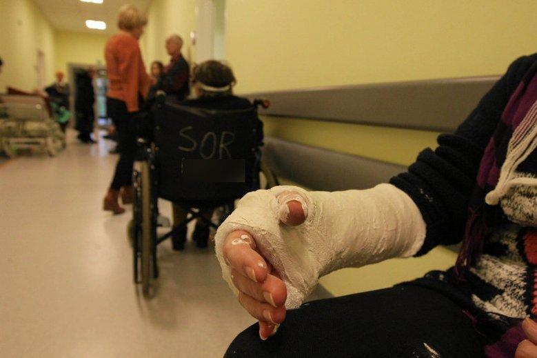 Lekarz SOR musi dokładnie zbadać każdego pacjenta.