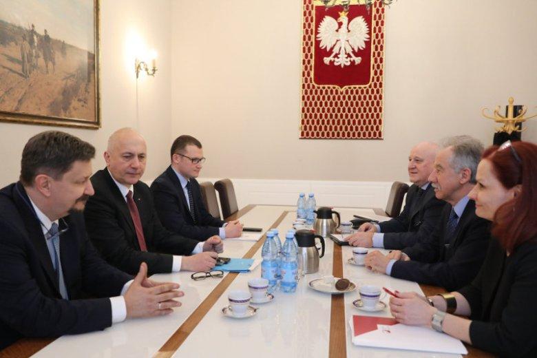 W spotkaniu poświęconym wyborom udział wzieli: szef PKW Wojciech Hermeliński, szef MSWiA Joachim Brudziński, Grzegorz Schreiber  z KPRM; Paweł Szefernaker, wiceszef MSWiA, Sylwester Marciniak, zastępca szefa PKW i Magdalena Pietrzak, szefowa KBW