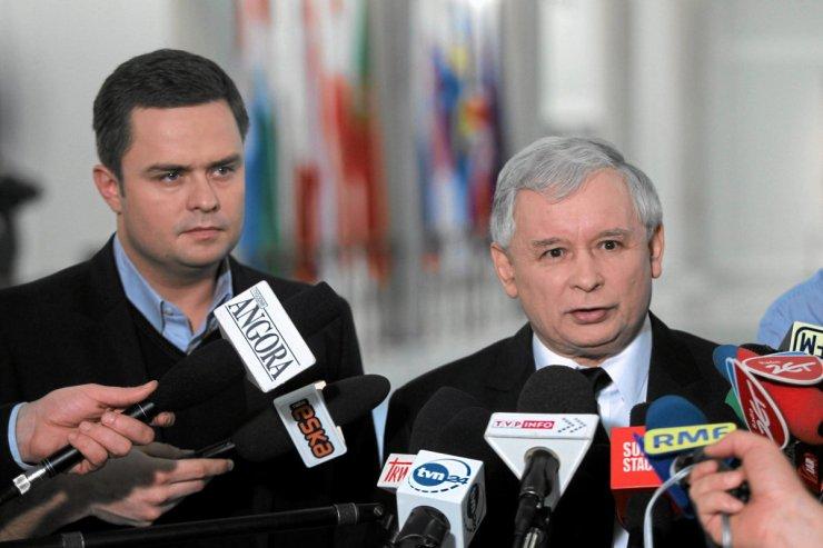 Prezes Prawa i Sprawiedliwości Jarosław Kaczyński i rzecznik partii Adam Hofman podczas konferencji prasowej.