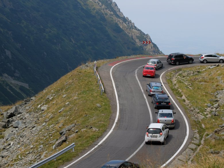 Trasa Transfogaraska w Karpatach w Rumunii ma ok 150 km i  prowadzi przez szczyt na wysokości 2035 m npm. Przejazd tą trasą zajmuje ok 3-4 godzin.