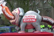 Takie rzeźby długo jeszcze pewnie będą Polaków oburzać zamiast śmieszyć.