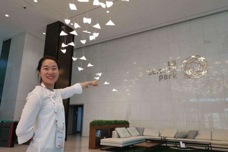 Hana, nasza koreańska przewodniczka, zaprasza do zwiedzania. Tutaj kapcie nie są obowiązkowe.