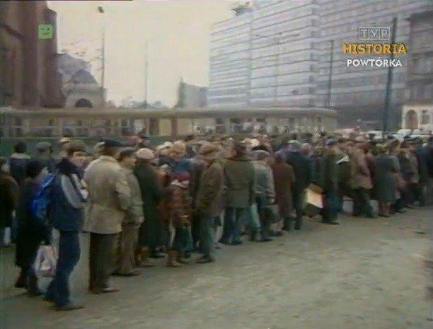 Ci, którzy chcieli kupić karpia, musieli swoje odstać. Poznań, 1984 rok.