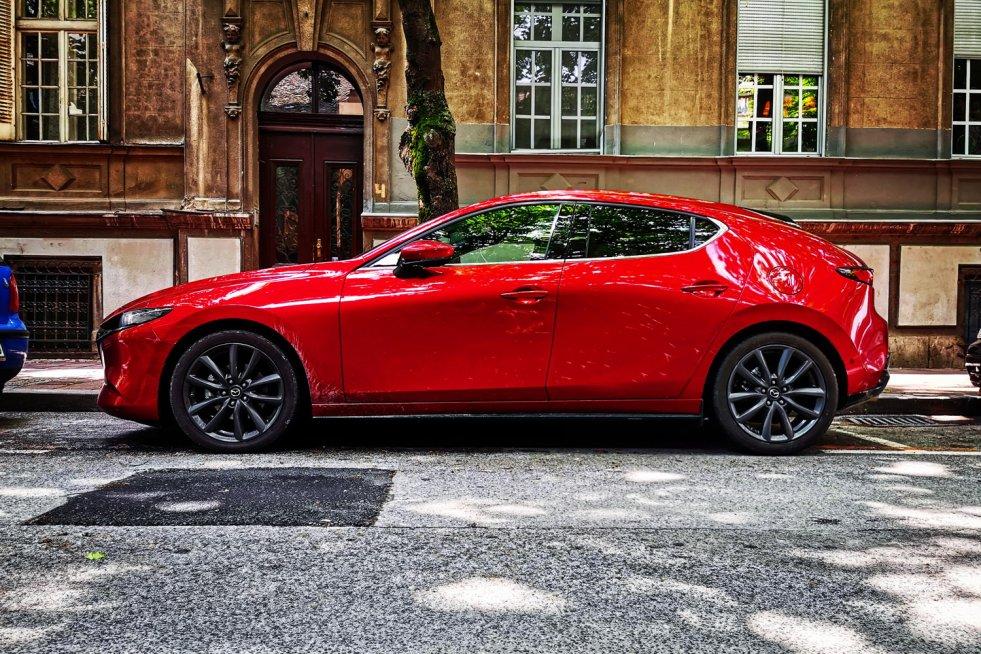 Nowa Mazda 3 hatchback w swoim flagowym kolorze soul red.