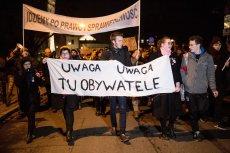 Obywatele RP w czwartkowy wieczór ruszyli sprzed Sejmu do siedziby PiS. Na drodze stanęła im policja.