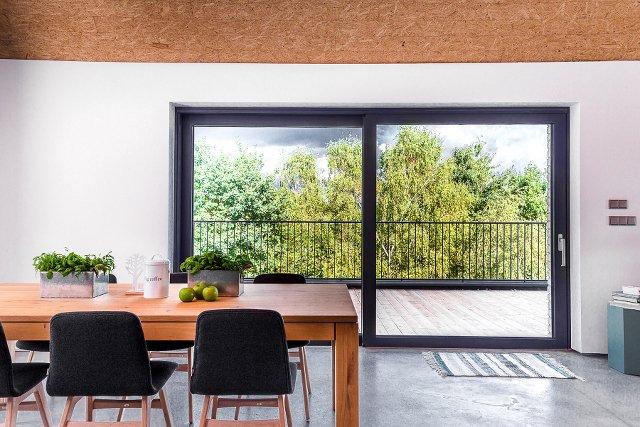 Designerski kształt, proste, kanciaste profile, duża powierzchnia szyby – okno PIXEL idealnie wpisuje się w nowoczesne trendy wnętrzarskie
