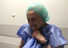 83-letnia pani Maria po usunięciu zaćmy. Zabieg wykonał profesor Jerzy Szaflik. Wszyscy lekarze zrzekli się swojego honorarium, dlatego za zabieg pozatorebkowego usunięcia zaćmy z wszczepieniem sztucznej soczewki oka lewego zapłaciliśmy tylko 3 tysiące zł