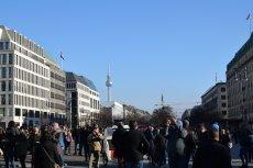 Na Unter den Linden - najbardziej reprezentacyjnej ulicy Berlina - polska ambasada wystawiła billboard promujący Polskę, na którym roi się od błędów.