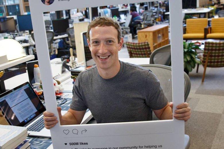 To zdjęcie dowodzi, że Mark Zuckerberg, twórca Facebooka, traktuje poważne względy cyberbezpieczeństwa