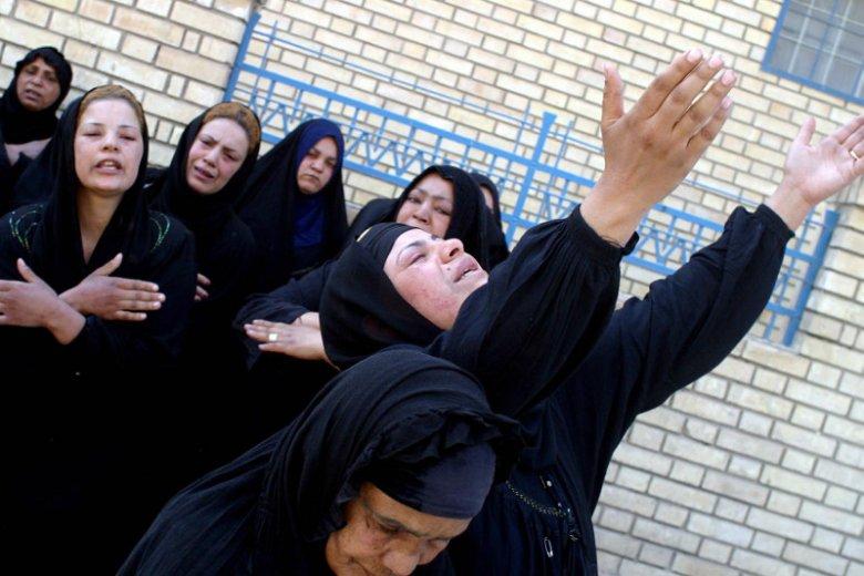 Marzec 2004. Dzień Żałoby w Bagdadzie. Kobiety pod kostnicą czekają na wydanie ciał bliskich poległych w zamachach bombowych.