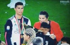 Cristiano Ronaldo tak się cieszył z pucharu, że uderzył nim syna.