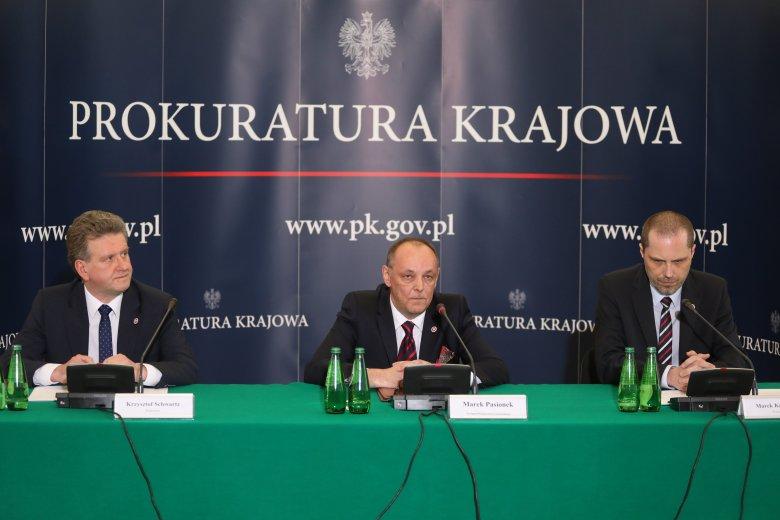 Od lewej : prokurator Krzysztof Schwartz , zastępca Prokuratora Generalnego Marek Pasionek, oraz kierownik zespołu smoleńskiego prokurator Marek Kuczyński