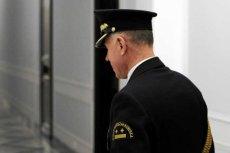 Straż marszałkowska ma się powiększyć. W dodatku mają obowiązywać nowe mundury galowe i... szable do salutowania posłom.