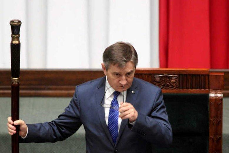 """Marek Kuchciński angielskie słowa """"czyta po polsku""""."""
