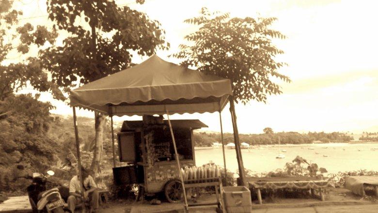 Przydrożna garkuchnia i platformy z widokiem na zatokę, Lombok, 2016.