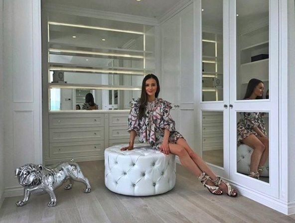 Marina pozuje w garderobie