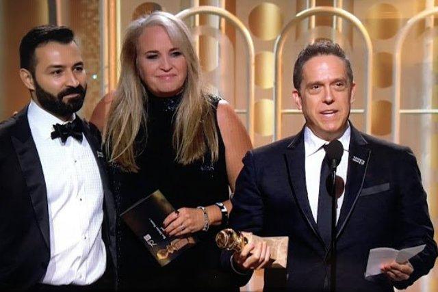 """Twórcy filmu """"Coco"""" odbierają statuetkę Złotego Globa."""