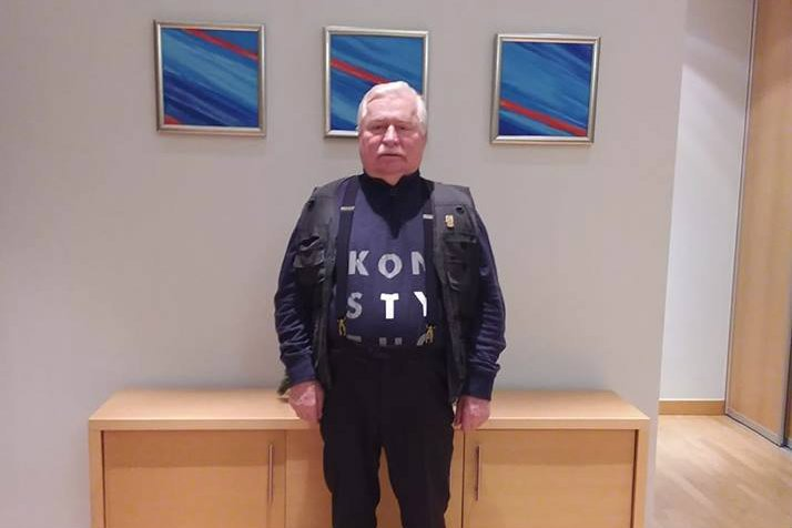 Lech Wałęsa kilkukrotnie zmieniał treść postu, który wrzucił na Facebooka.