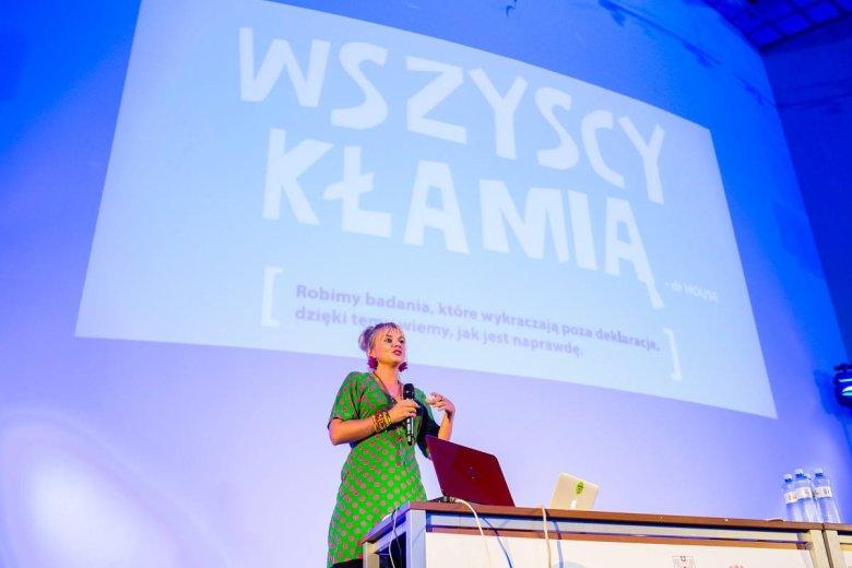 Julia Izmałkowa często gości na konferencjach w Polsce i na świecie opowiadając o pracy IZMAŁKOWEJ i nie tylko.