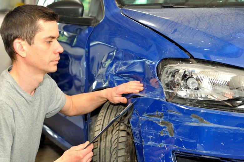 Istnieją różne zgodne z prawem sposoby, żeby obniżyć koszt obowiązkowej polisy, jaką musi posiadać w Polsce każdy właściciel samochodu