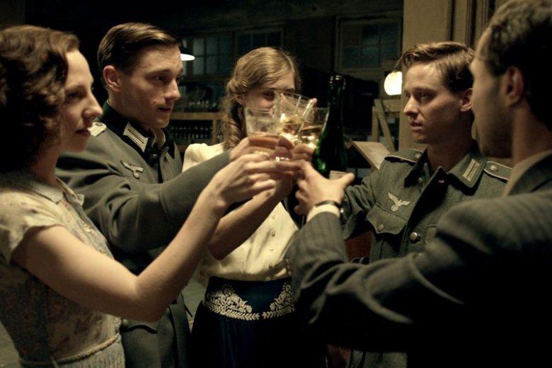 """Kadr z niemieckiego filmu historycznego """"Nasze matki, nasi ojcowie""""."""