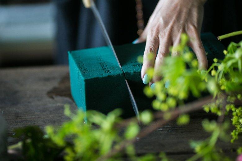 Bukiet można zrobić na gąbce florystycznej (do kupienia w kwiaciarniach). Wystarczy ją namoczyć, odciąć pasujący kawałek, włożyć do naczynia, a potem wbijać w nią kwiaty.