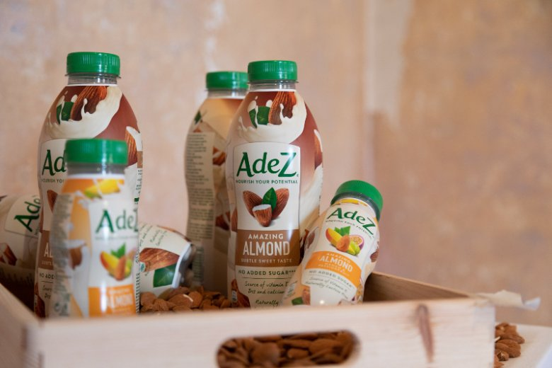 AdeZ seria obejmująca jak dotąd trzy będące miksem nasion i owoców napoje w butelkach 250 ml oraz pięć śniadaniowych produktów w butelkach 800 ml