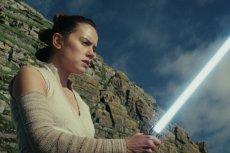 """Moc w """"Ostatnim Jedi"""" jest silna. Ma klimat starych """"Gwiezdnych wojen"""", jest mnóstwo zwrotów akcji i epickich scen."""