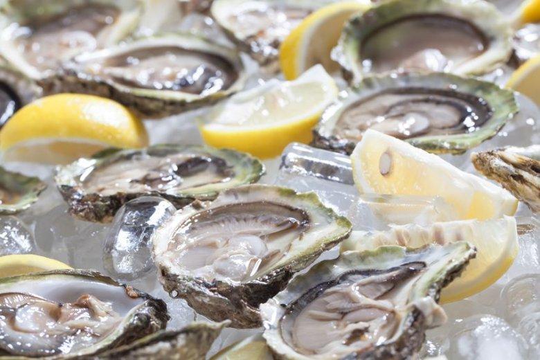 Ostrygi we współczesnej kuchni europejskiej najczęściej są podawane świeże, schłodzone i z cytryną, z kolei w Stanach są znane jako element gęstego sosu ostrygowego do drobiu.