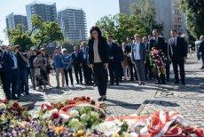 W trakcie obchodów rocznicy wyborów 4 Czerwca prezydent Dulkiewicz złożyła kwiaty pod pomnikiem Poległych Stoczniowców.