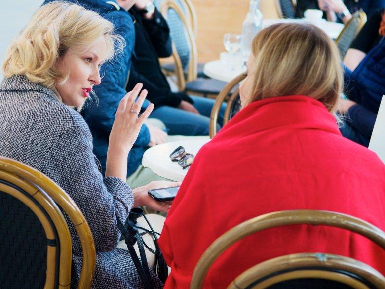 Herbata i rozmowa w Charlotte przy Placu Zbawiciela.