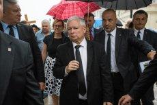 """88 miesięcy po 10 kwietnia 2010 r. PiS znowu pojawił się na wiecu pod Pałacem Prezydenckim. Jarosław Kaczyński tradycyjnie zapowiedział """"dochodzenie do prawdy"""" o przyczynach katastrofy smoleńskiej."""