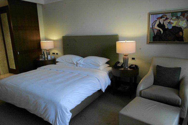 Большинство комнат выглядят так - кровать в центральной части и ничего больше.